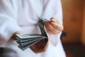 Dollar. Geld in den Händen foto