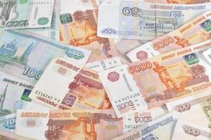 Geld auf dem Tisch verstreut foto