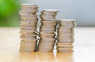 Stapel Münze auf Holztisch foto