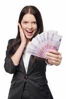 aufgeregte Frau, die Euro-Geld gibt foto