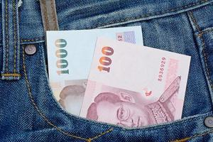 thailändische Banknoten in Jeanstasche für Geld und Geschäftskonzept