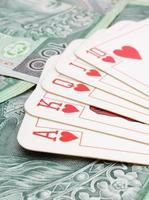 Spielkarten auf einem Haufen Banknoten foto