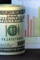 Verkaufschart und US-Währung 100-Dollar-Scheine foto