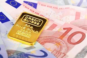 Komposition mit Euro-Banknoten und Goldbarren.