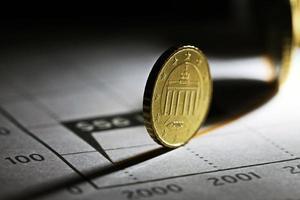 Euro-Münze auf einer Grafik. foto