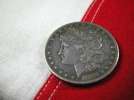 Silberdollar-Münze auf Flagge foto