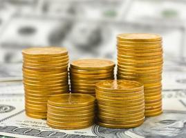 Stapel von Münzen auf Geld foto
