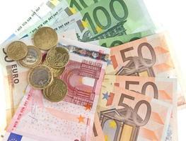 Euro Bargeld. Münzen und Banknoten auf weißem Hintergrund foto