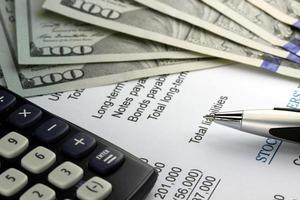 uns Währung, Taschenrechner und Finanzdokumente Nahaufnahme foto