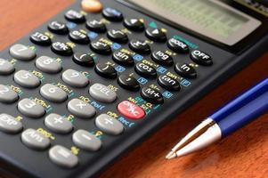 Taschenrechner und Stift foto