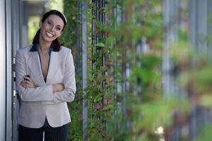 Porträt der lächelnden Geschäftsfrau mit verschränkten Armen foto