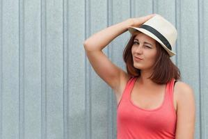 Porträt des schönen Mädchens im Hut im Freien. foto