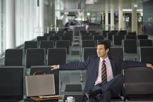 Geschäftsmann sitzt im Flughafen. foto