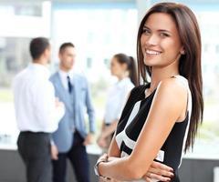 Gesicht der schönen Frau auf dem Hintergrund der Geschäftsleute