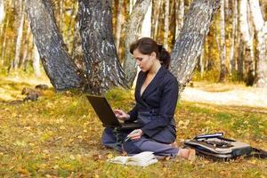 junge Geschäftsfrau, die am Laptop arbeitet foto