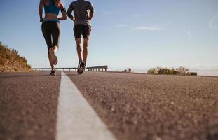 zwei junge Leute laufen am Morgen