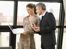 zwei Geschäftsleute im Sitzungssaal. foto