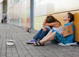 zwei junge Menschen betteln wegen Obdachlosigkeit