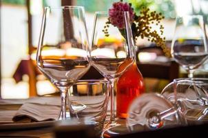 Glaswaren auf Tisch mit Blume sehen foto
