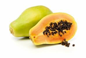 ganze und halbe Papaya-Frucht isoliert foto