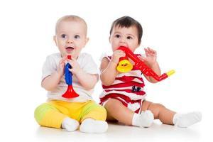 lustige Babys Mädchen mit Musikspielzeug foto