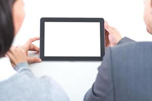 Geschäftspaar, das an Tablet-PC arbeitet foto