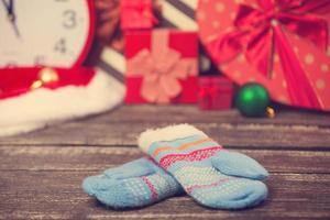 Fäustlinge und Weihnachtsgeschenke herum. foto