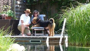 glückliche Familie und die Nichtschwimmer Airedale Terrier