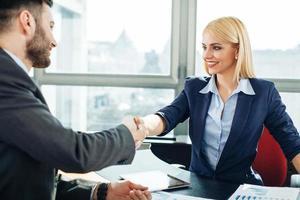 Handschlag von Geschäftsfrau und Geschäftsmann im Büro foto