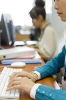 Hand der Frau, die Tastatur tippt foto