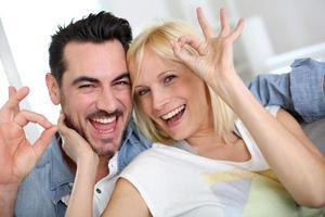 Paar, das Spaß zu Hause hat