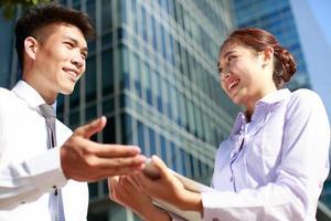 Porträt des jungen Geschäftsmannes und der Geschäftsfrau foto