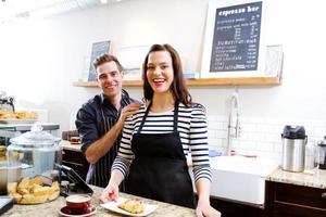 zwei Angestellte, die ein gutes Lachen genießen foto