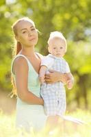 süßes kleines Baby im Park mit Mutter auf Gras.
