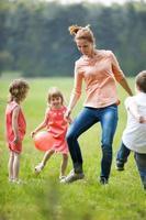 glückliche Familie beim Fußballspielen im Freien foto