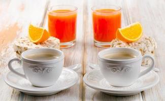 gesundes Frühstück - Kaffee, Orangensaft und Toast foto