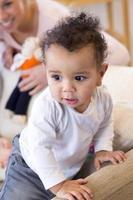 Baby steht auf dem Sofa foto