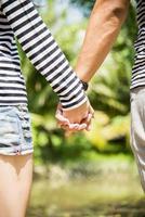schönes Paar halten die Hände foto