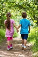 wandelnder Junge und Mädchen foto