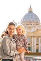 Porträt der Mutter und des kleinen Mädchens im Vatikanstadtstaat foto