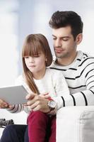 junger Vater und seine Tochter foto