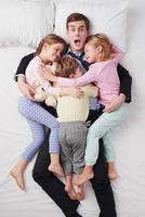 Draufsicht des geschockten Geschäftsmannes und seiner drei Kinder