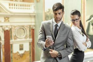 Geschäftsmann und Geschäft, das eine Textnachricht liest foto