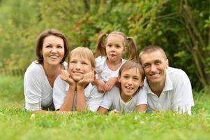 fünfköpfige Familie liegend