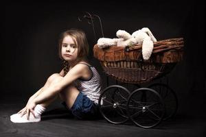 dunkler Hintergrund des kleinen Mädchens foto
