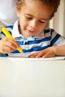 kleiner Junge beschäftigt seine künstlerische Tätigkeit foto