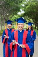 glückliche Hochschulabsolventen foto