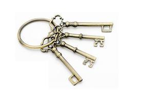 Am Schlüsselbund befestigte antike Schlüssel foto