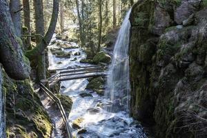 Wasserfall in einer Schlucht foto