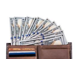 braune Geldbörse mit Dollars foto